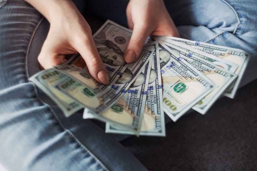 Płacenie kartą czy gotówką na wakacjach